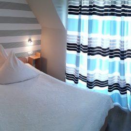 Apartament 3 Osobowy Standard z balkonem wydzieloną sypialnią, salonem oraz aneksem kuchennym i łazienką oraz widokiem nApartament 3 osobowy standarda wewnętrzny ogród.